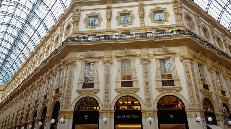 Μπουτίκ μόδας της Louis Vuitton στα ιταλικά Galleria Vittorio Emanuele, αγορές στοκ φωτογραφία με δικαίωμα ελεύθερης χρήσης