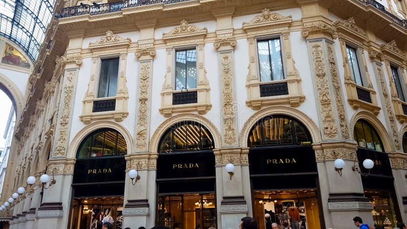 Μπουτίκ μόδας της Prada πολυτέλειας στα ιταλικά Galleria Vittorio Emanuele, αγορές στοκ φωτογραφία με δικαίωμα ελεύθερης χρήσης