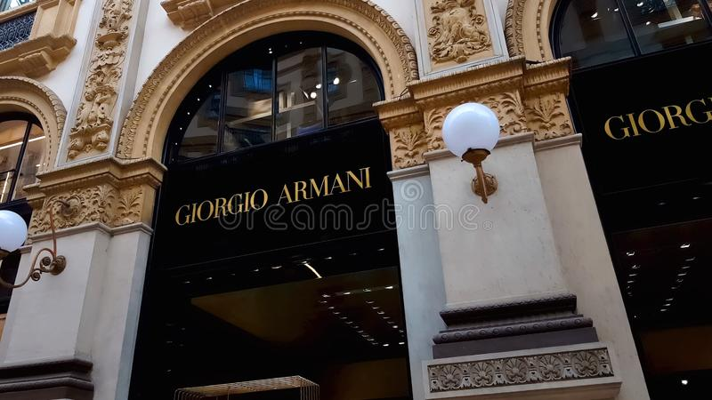 Μπουτίκ του Giorgio Armani πολυτέλειας στα ιταλικά Galleria Vittorio Emanuele, αγορές στοκ εικόνες με δικαίωμα ελεύθερης χρήσης