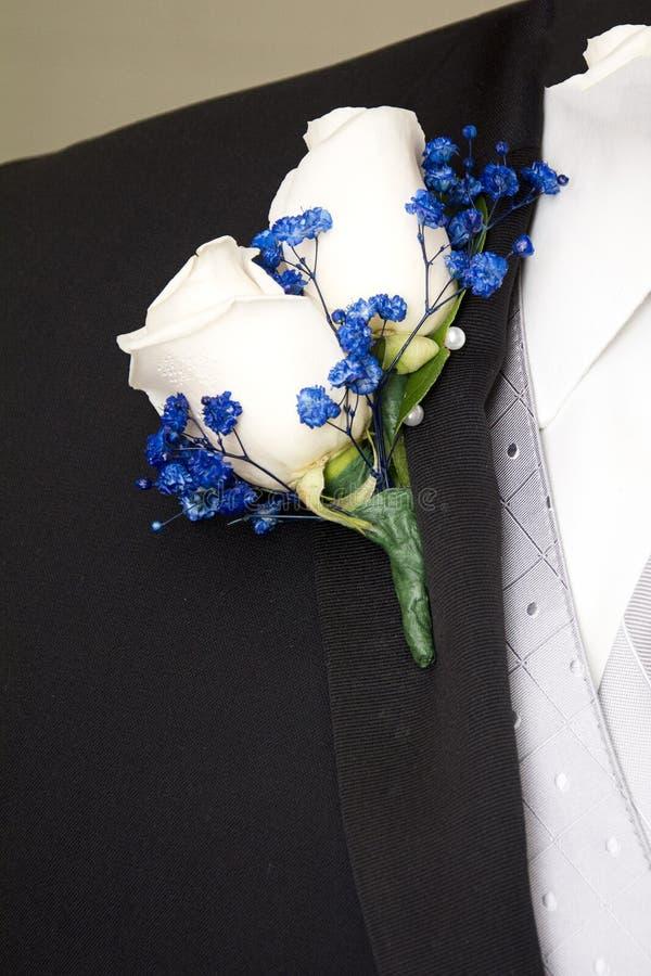 Μπουτονιέρα των άσπρων τριαντάφυλλων στοκ εικόνες