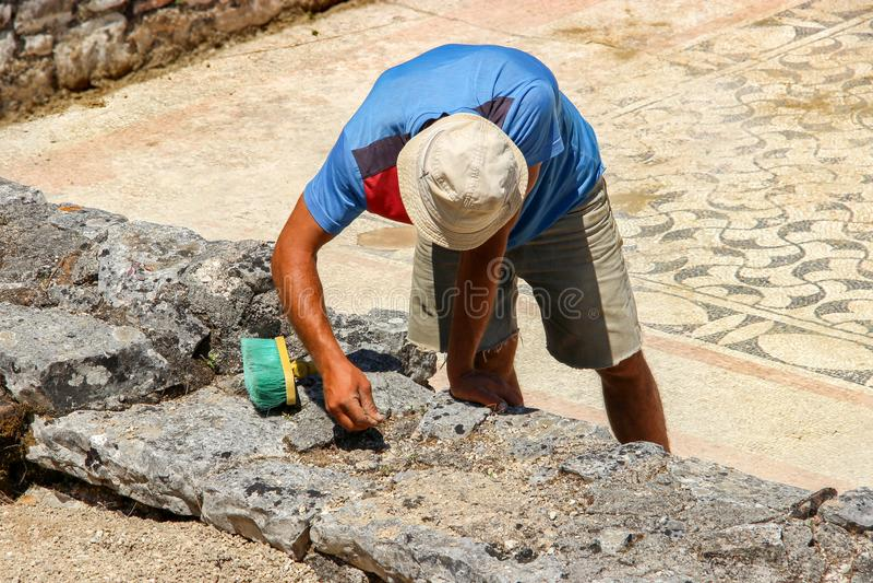Μπουτρίντ, Αλβανία - Αρχαιολόγος που εργάζεται με τα ελληνικά και ρωμαϊκά ερείπια στην Μπουτρίντ Παγκόσμια Κληρονομιά της UNESCO στοκ εικόνα