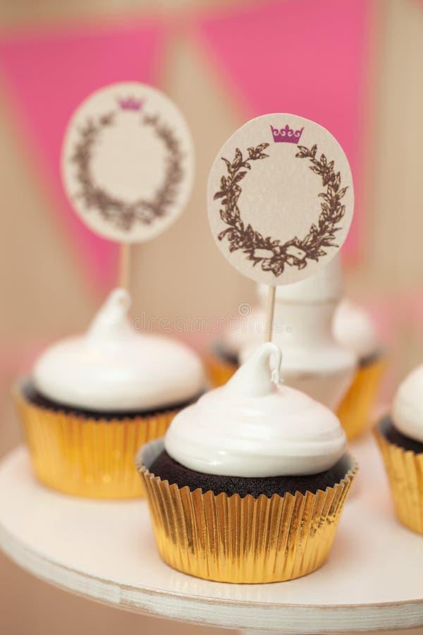 Μπουφές διακοπών με τα cupcakes και θέση για το κείμενο στοκ φωτογραφίες με δικαίωμα ελεύθερης χρήσης