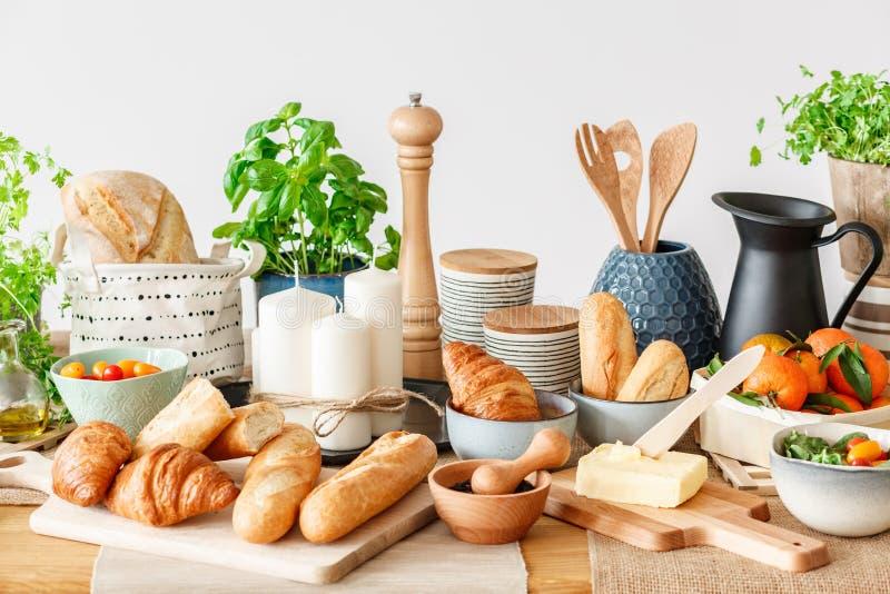 Μπουφές προγευμάτων με τα φρέσκα τρόφιμα στοκ φωτογραφία με δικαίωμα ελεύθερης χρήσης