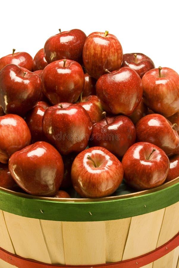 Μπούσελ των κόκκινων μήλων στοκ φωτογραφίες