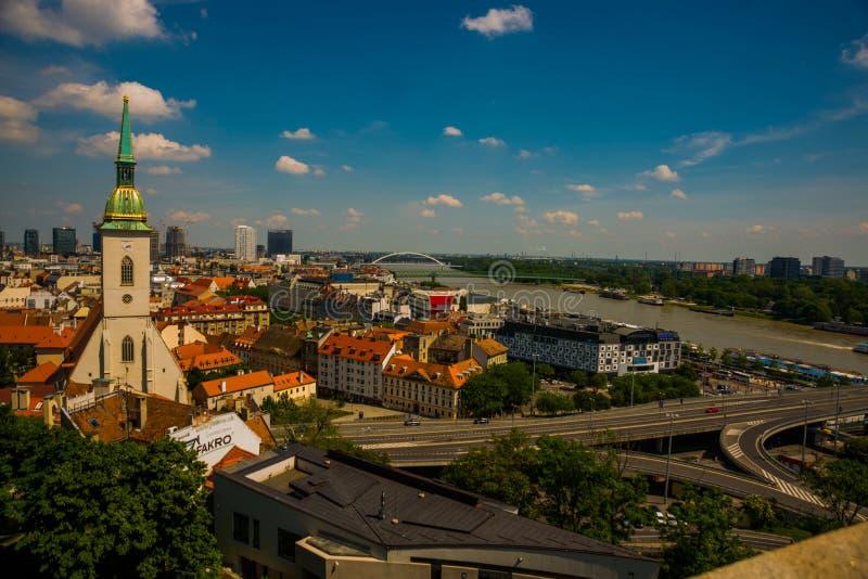 Μπρατισλάβα, Σλοβακία: Άποψη σχετικά με την πόλη της Μπρατισλάβα με τον καθεδρικό ναό του ST Martin και τον ποταμό Δούναβη στοκ εικόνα με δικαίωμα ελεύθερης χρήσης