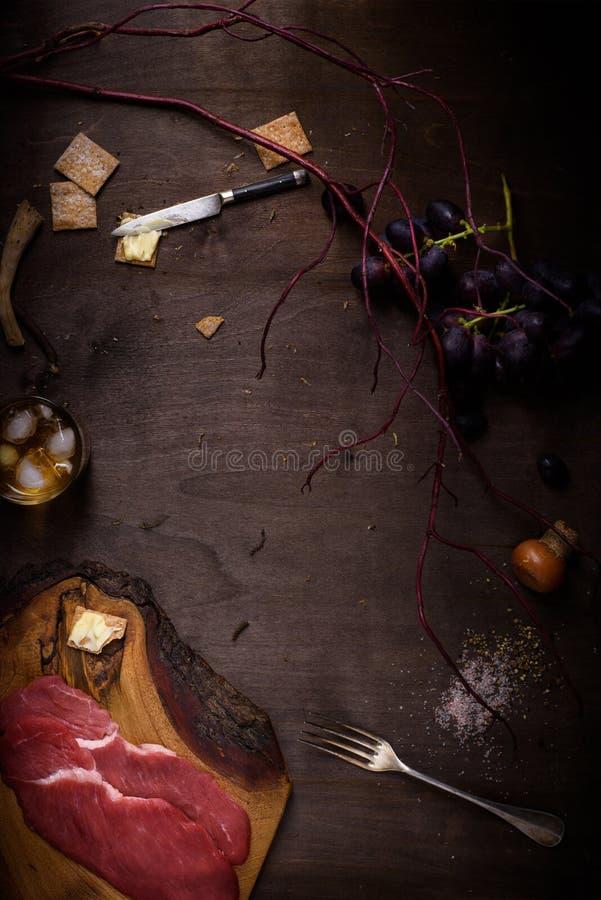 Μπριζόλα βόειου κρέατος, ακατέργαστο συστατικό κρέατος για το μαγείρεμα στο μετρητή κουζινών στοκ εικόνες