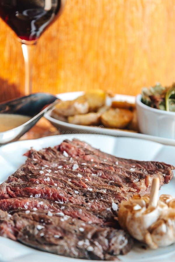 Μπριζόλα βόειου κρέατος ψητού με το κόκκινο κρασί στοκ εικόνες