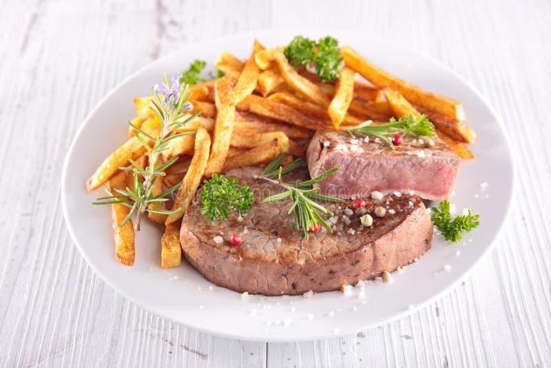 Μπριζόλα και τηγανιτές πατάτες βόειου κρέατος στοκ φωτογραφίες