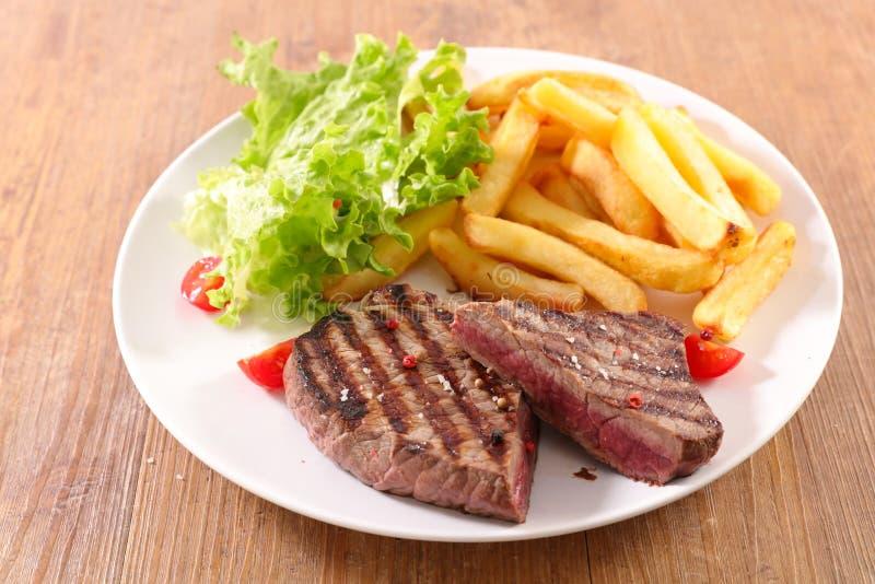 Μπριζόλα και τηγανιτές πατάτες βόειου κρέατος στοκ εικόνες με δικαίωμα ελεύθερης χρήσης