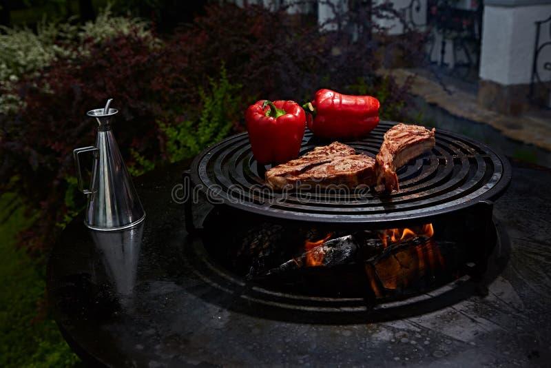 Μπριζόλα και T-bone βόειου κρέατος πλευρών τομαχόκ στην καυτή μαύρη σχάρα στοκ φωτογραφίες με δικαίωμα ελεύθερης χρήσης