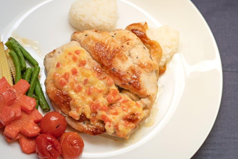 Μπριζόλα κοτόπουλου με τις ντομάτες, τα καρότα, τα δημητριακά, τα φασόλια και το ρύζι στοκ εικόνα με δικαίωμα ελεύθερης χρήσης