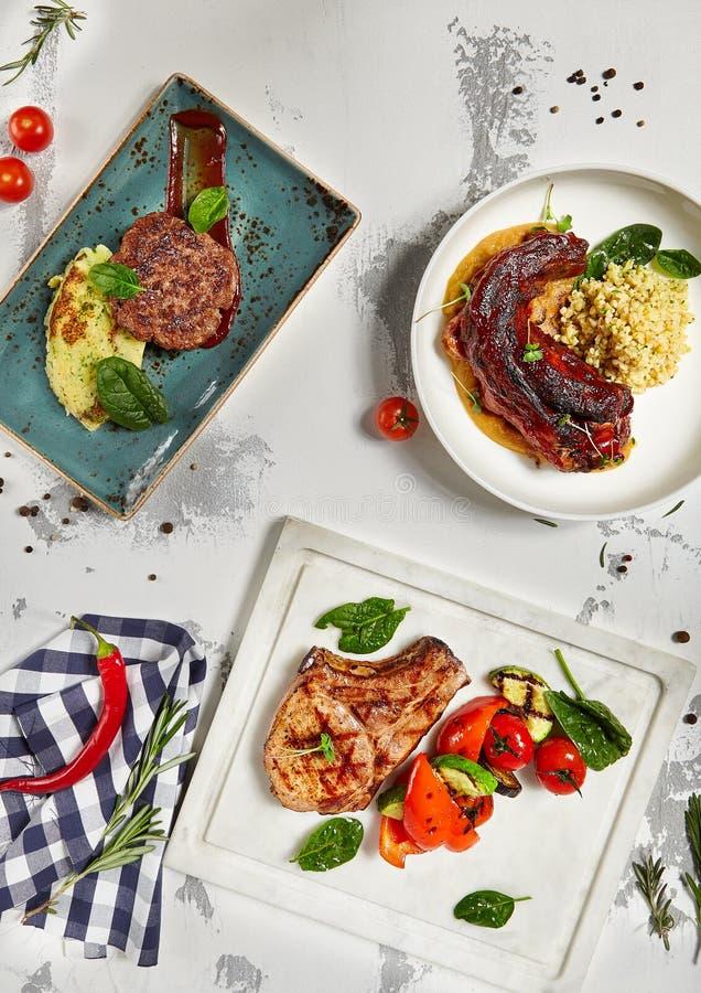 Μπριζόλα κρέατος με την πολτοποίηση λαχανικών και πατατών και την ουρά του Bull στοκ φωτογραφία