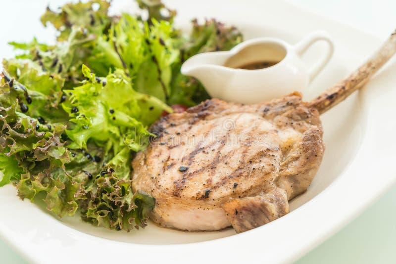 Μπριζόλα χοιρινού κρέατος με τη σαλάτα στοκ εικόνες