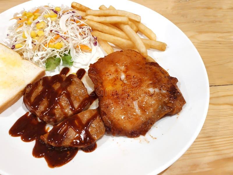Μπριζόλα χοιρινού κρέατος DinnerBBQ με την ψημένη στη σχάρα μπριζόλα κοτόπουλου σε ένα κατάστημα στην Ταϊλάνδη στοκ φωτογραφίες με δικαίωμα ελεύθερης χρήσης