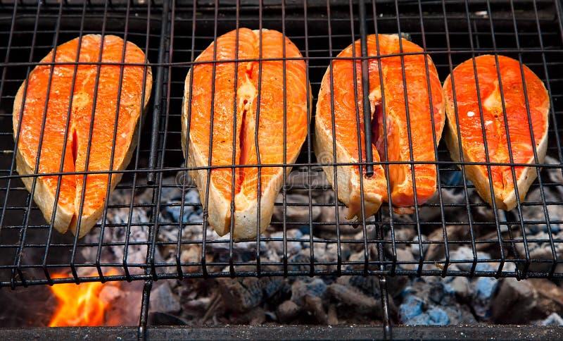 Μπριζόλες σολομών που μαγειρεύουν στη σχάρα σχαρών για το θερινό υπαίθριο κόμμα Υπόβαθρο τροφίμων με το κόμμα σχαρών στοκ εικόνες