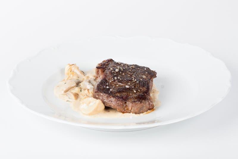 Μπριζόλα βόειου κρέατος με τα μανιτάρια στοκ φωτογραφία με δικαίωμα ελεύθερης χρήσης