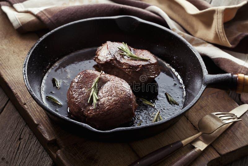Μπριζόλα βόειου κρέατος στο τηγάνι στοκ εικόνες