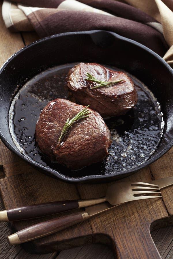 Μπριζόλα βόειου κρέατος στο τηγάνι στοκ εικόνες με δικαίωμα ελεύθερης χρήσης