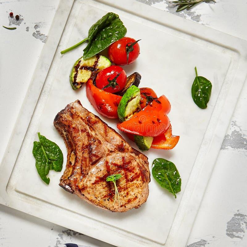 Μπριζόλα κρέατος με τα λαχανικά στοκ εικόνες με δικαίωμα ελεύθερης χρήσης