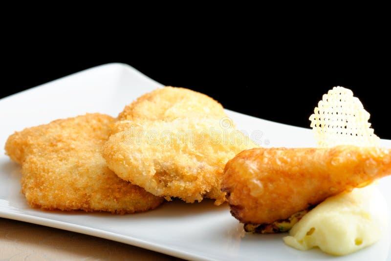 Μπριζόλα χοιρινού κρέατος (μπριζόλα της Βιέννης) και τηγανισμένος γαστρονομικός ρόλος πατατών στοκ φωτογραφίες με δικαίωμα ελεύθερης χρήσης