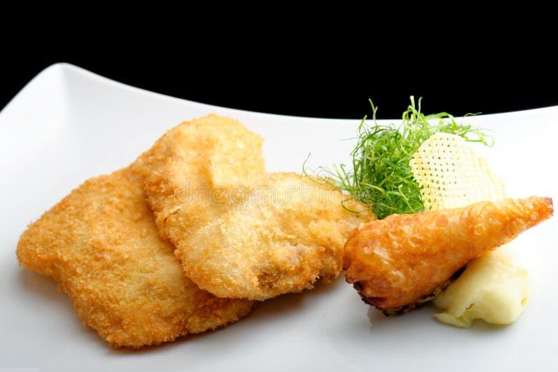 Μπριζόλα χοιρινού κρέατος (μπριζόλα της Βιέννης) και τηγανισμένος γαστρονομικός ρόλος πατατών στοκ εικόνες