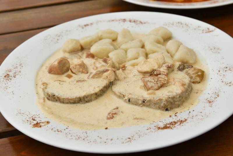 Μπριζόλες αρνιών με τα μανιτάρια και τη σάλτσα κρέμας στοκ εικόνα