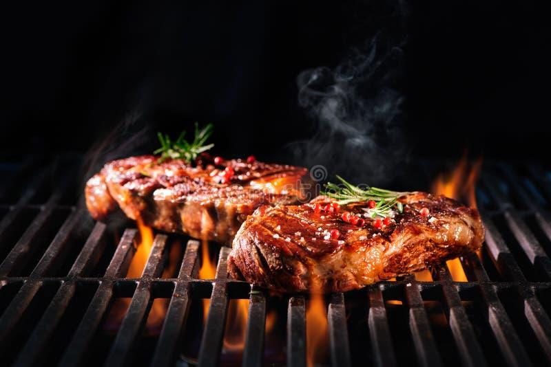Μπριζόλες βόειου κρέατος στη σχάρα στοκ φωτογραφία με δικαίωμα ελεύθερης χρήσης