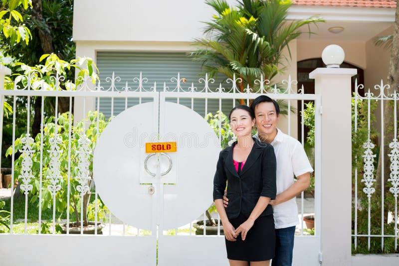 Μπροστά από ένα καινούργιο σπίτι στοκ εικόνα με δικαίωμα ελεύθερης χρήσης