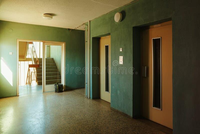 Μπροστά από την οικοδόμηση των ανελκυστήρων στοκ φωτογραφίες με δικαίωμα ελεύθερης χρήσης