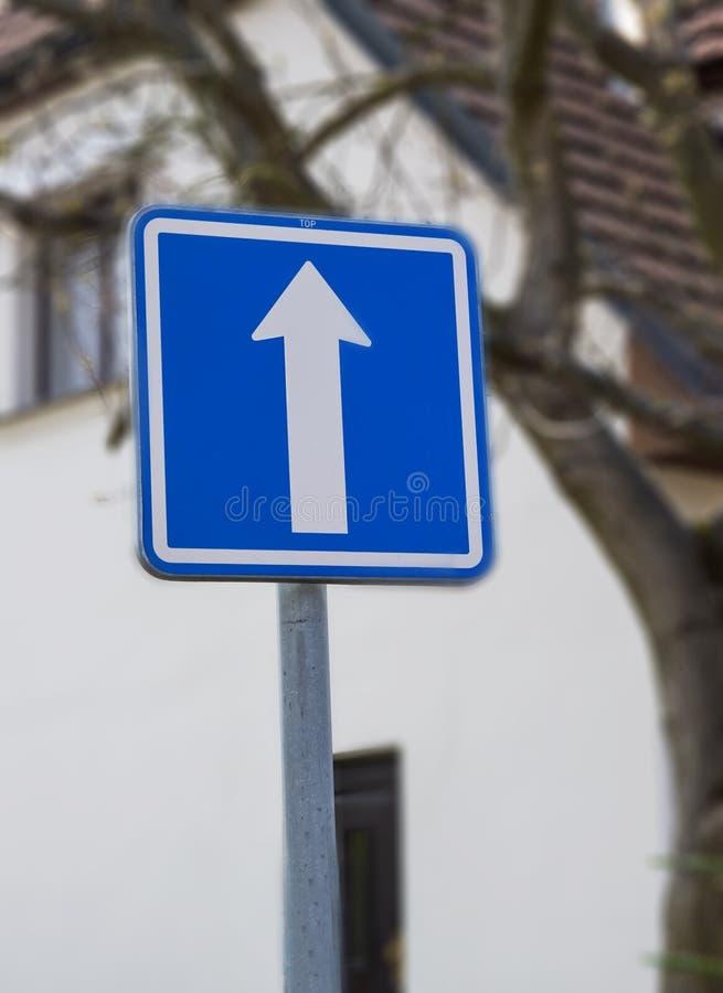 Μπροστά σημάδι κατεύθυνσης στο δρόμο στοκ φωτογραφία