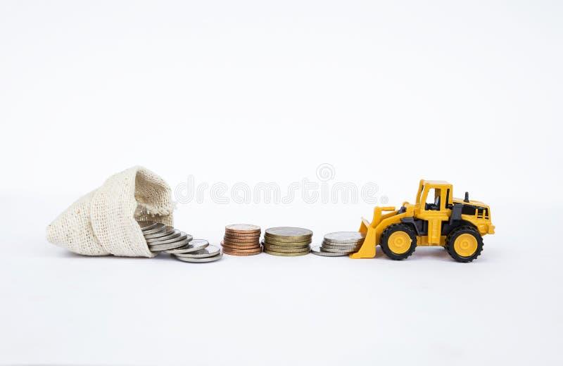 Μπροστινά κινούμενα νομίσματα φορτηγών φορτωτών στην τσάντα χρημάτων καμβά στο άσπρο υπόβαθρο στοκ εικόνες με δικαίωμα ελεύθερης χρήσης
