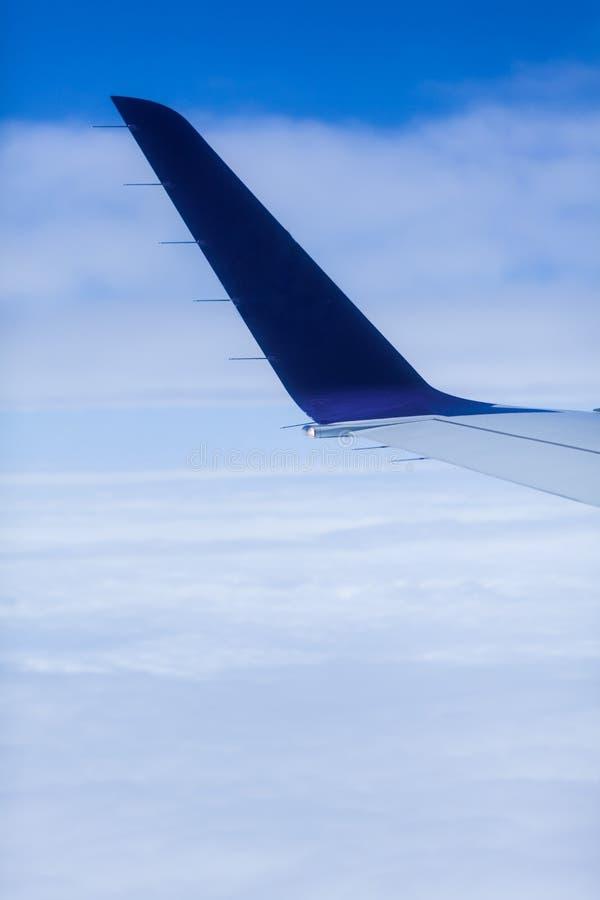 Μπροστινά οπίσθια να βρεθεί άποψης αεροπλάνων επιπλέοντα σύννεφα με το υπόβαθρο ουρανού Ουρά αεροπλάνων επιβατών που πετά μακριά  στοκ φωτογραφίες