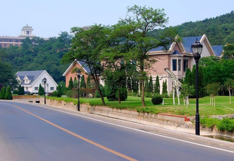μπροστινά σπίτια τρία αυλή στοκ εικόνες με δικαίωμα ελεύθερης χρήσης