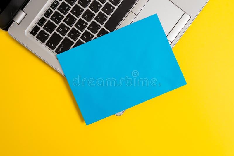 Μπροστινής άποψης το ανοικτό καθιερώνον τη μόδα μεταλλικό ασημένιο λεπτό φύλλο εγγράφου lap-top μικρό κενό χρωμάτισε το κενό κείμ στοκ φωτογραφία