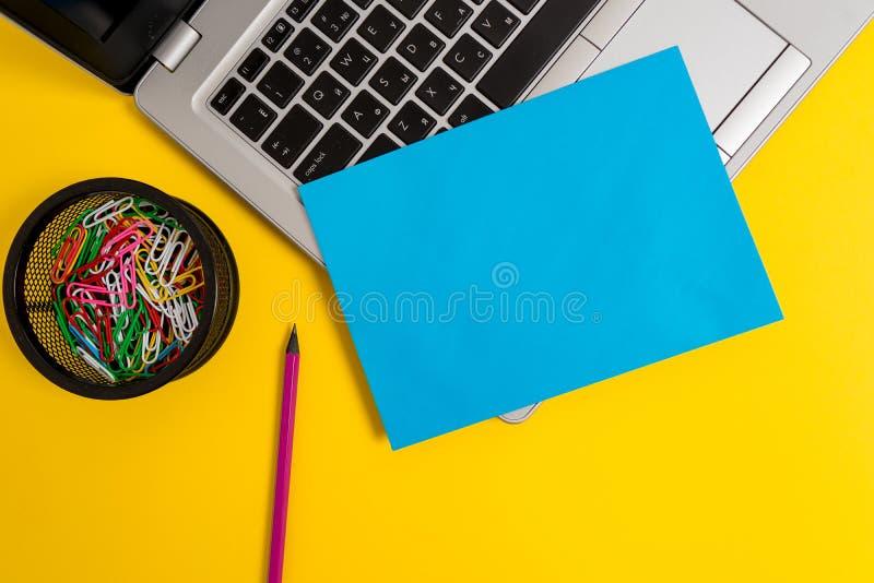 Μπροστινής άποψης το ανοικτό καθιερώνον τη μόδα μεταλλικό ασημένιο λεπτό εμπορευματοκιβώτιο συνδετήρων μολυβιών φύλλων εγγράφου l στοκ εικόνα
