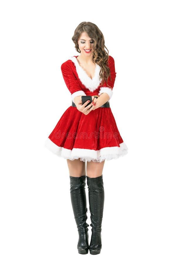 Μπροστινή άποψη λήψης γυναικών χαμόγελου της όμορφης Santa selfie με το smartphone στοκ εικόνες