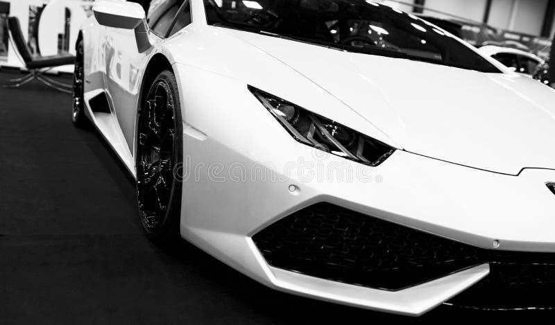 Μπροστινή άποψη ενός άσπρου σπορ αυτοκίνητο Lamborghini Huracan LP 610-4 πολυτέλειας Εξωτερικές λεπτομέρειες αυτοκινήτων μαύρο λε στοκ εικόνες με δικαίωμα ελεύθερης χρήσης