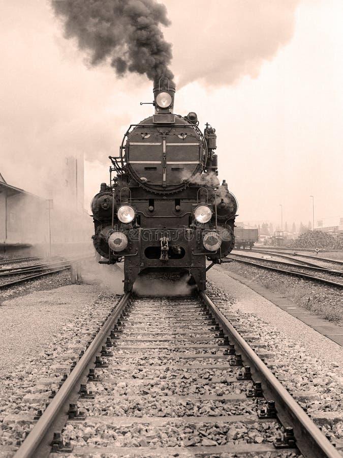 Μπροστινή άποψη μιας ντεμοντέ ατμομηχανής ατμού στοκ φωτογραφία