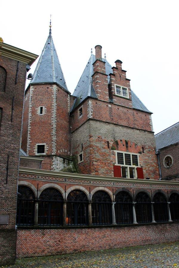 Μπροστινή άποψη σε ένα καμπαναριό εκκλησιών στη νότια Ολλανδία Κάτω Χώρες του Λάιντεν στοκ εικόνα