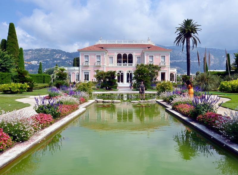 Μπροστινή άποψη της βίλας Rothschild με τον κήπο, τις πηγές και το χορτοτάπητά του, Γαλλία στοκ φωτογραφία με δικαίωμα ελεύθερης χρήσης