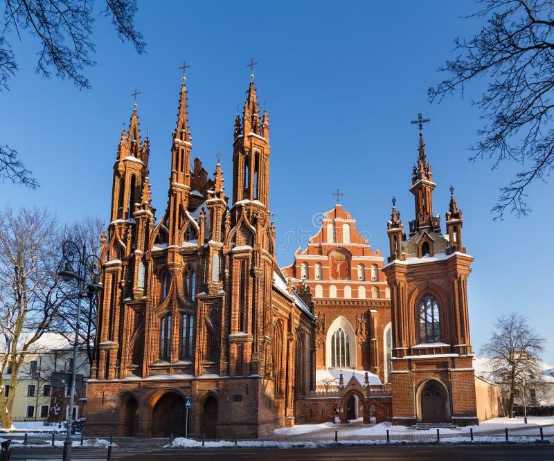 Μπροστινή άποψη της τούβλινης γοτθικής εκκλησίας σε Vilnius, Λιθουανία στοκ εικόνα