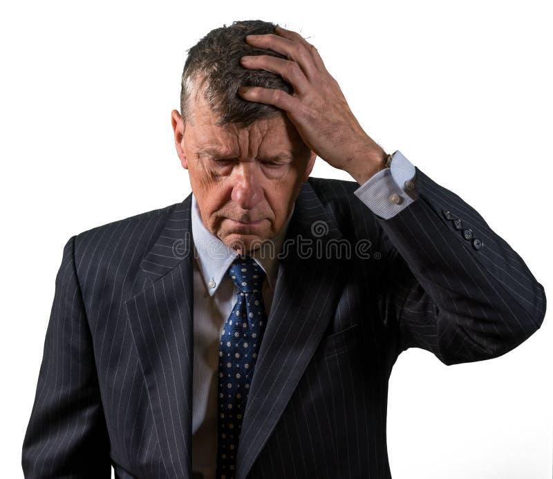 Μπροστινή άποψη του ανώτερου καυκάσιου ατόμου που ανησυχείται και φοβισμένου στοκ εικόνα