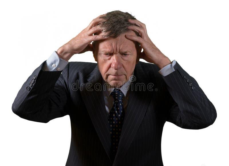 Μπροστινή άποψη του ανώτερου καυκάσιου ατόμου που ανησυχείται και φοβισμένου στοκ φωτογραφία