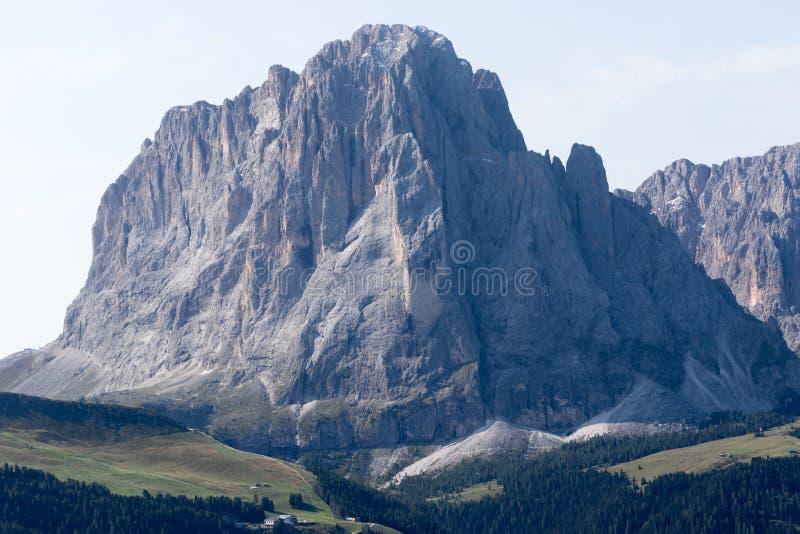 Μπροστινή άποψη του βουνού Sassolungo που είναι μέρος των δολομιτών, ευρωπαϊκές Άλπεις στοκ εικόνες
