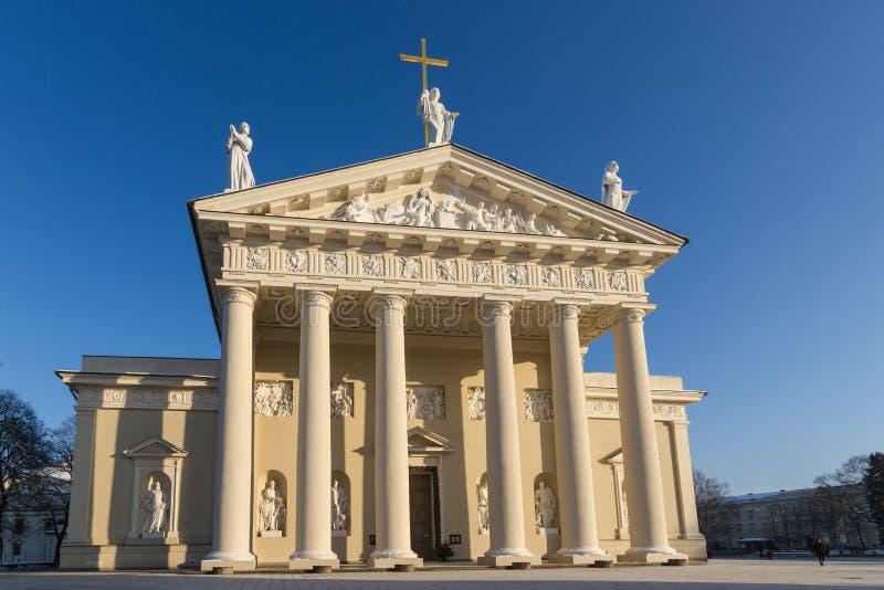 Μπροστινή άποψη του καθεδρικού ναού σε Vilnius, Λιθουανία στοκ εικόνα