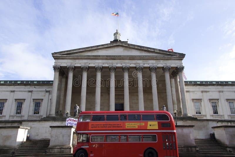 Μπροστινή άποψη του κεντρικού κτιρίου του Λονδίνου Πανεπιστημιακού κολεγίου με ένα διπλό λεωφορείο καταστρωμάτων και έναν όμορφο  στοκ εικόνες με δικαίωμα ελεύθερης χρήσης