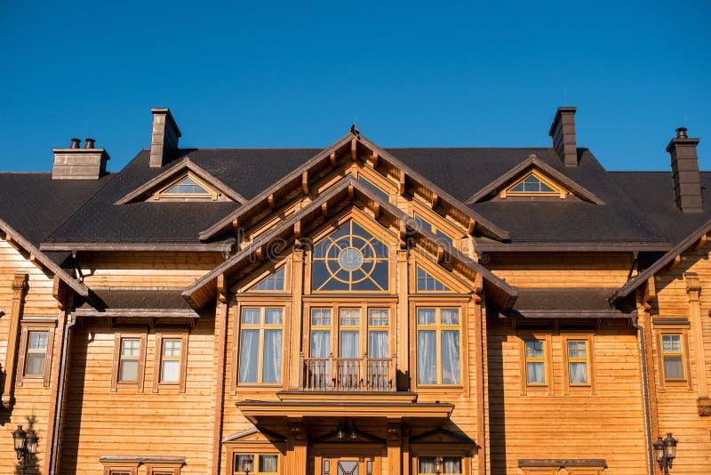 Μπροστινή άποψη του μεγάλου σπιτιού στοκ φωτογραφία