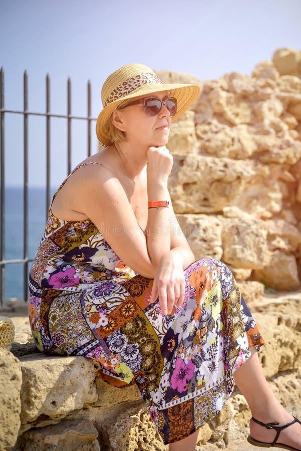 Μπροστινή άποψη του ταξιδιώτη γυναικών στο καπέλο στοκ εικόνες