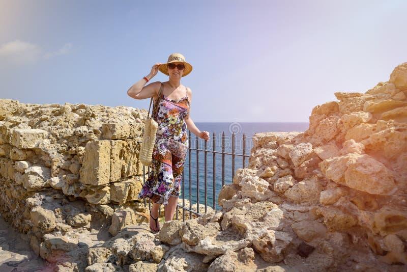 Μπροστινή άποψη του ταξιδιώτη γυναικών στο καπέλο στοκ φωτογραφία με δικαίωμα ελεύθερης χρήσης