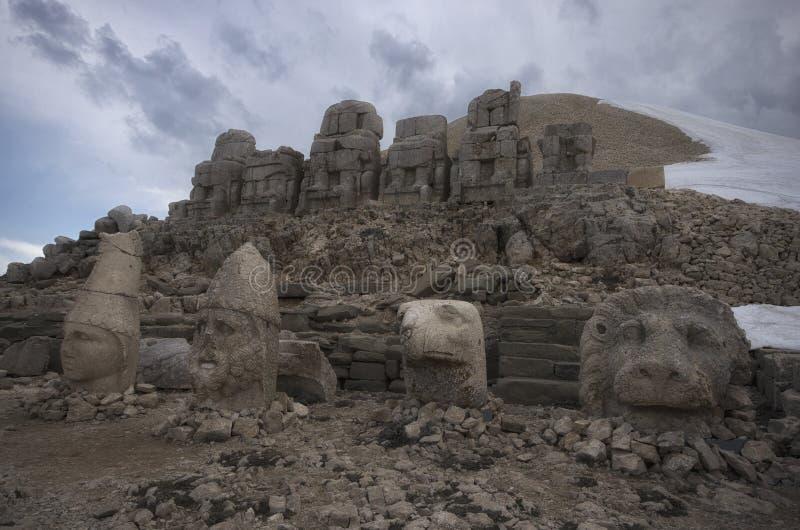 Μπροστινή άποψη των καταστροφών Nemrut υποστηριγμάτων στοκ φωτογραφίες